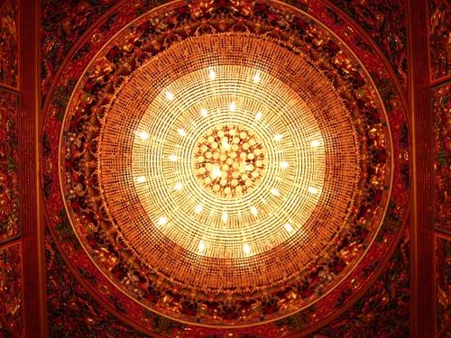 廟內金碧輝煌的水晶燈藻井