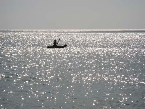 波光粼粼下的獨木舟