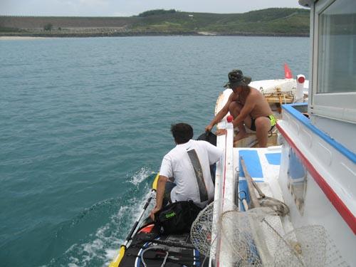 就從漁船跳上獨木舟