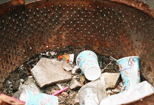 陰暗角落的垃圾桶